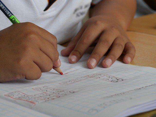 字を書く子供の手元