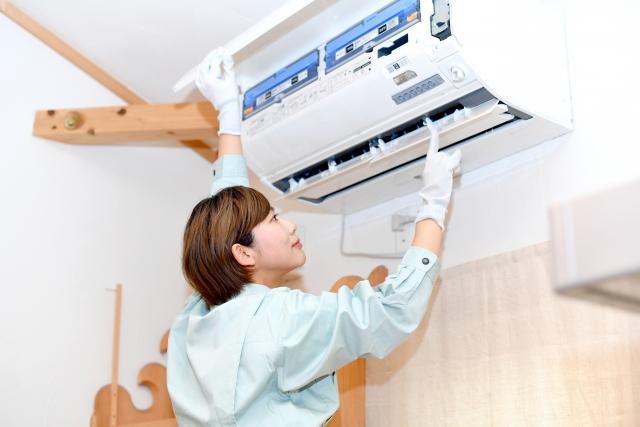 エアコンを掃除する業者の女性