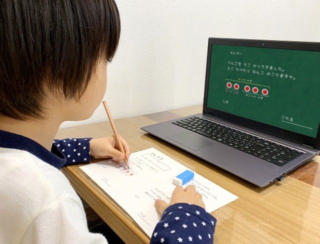 パソコンで自宅学習する子ども