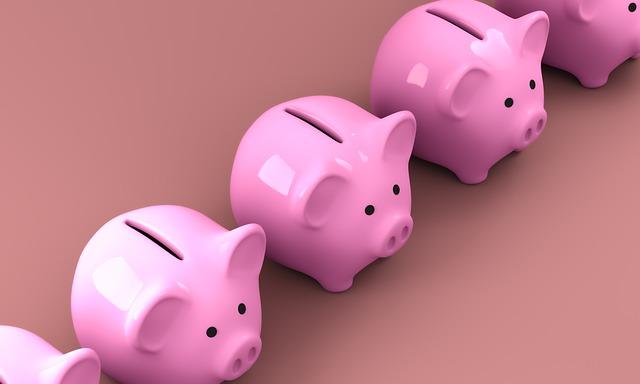 豚の貯金箱が並んでいる